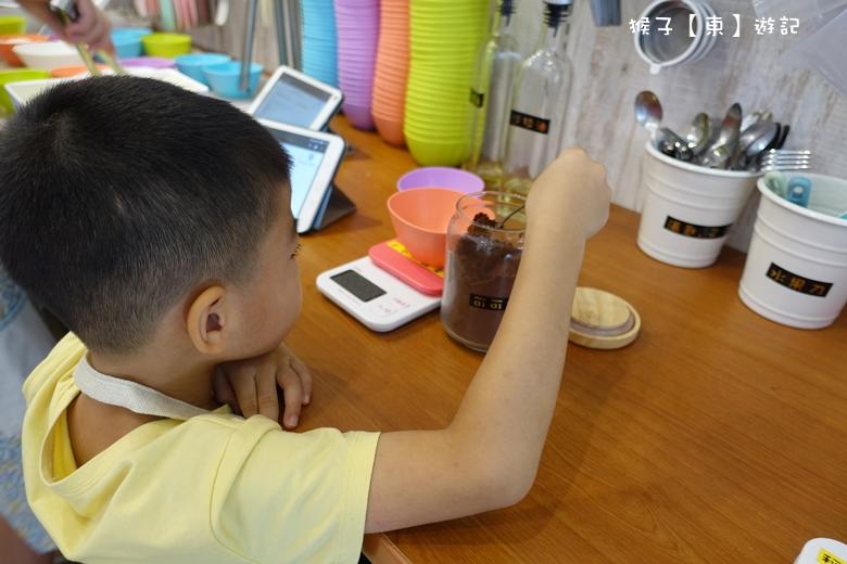 [台中豐原] 唯樂小時光 手作DIY烘焙 美味的生巧克力碎片生乳捲自己做 - 檸檬瑪德蓮, 親子DIY, 親子蛋糕, 親子體驗 - 猴子【東】遊記 - 親子 旅遊 住宿 景點 美食